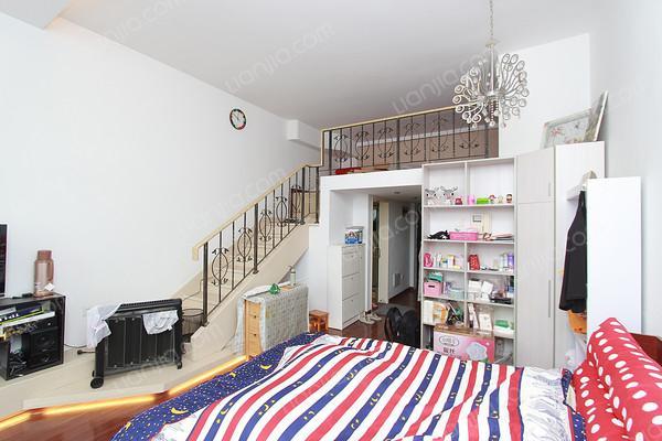 地鐵口復式小公寓 精裝修 景觀12樓 夜賞東方明珠