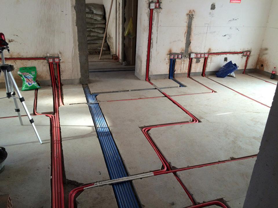 家里装修水电安装应注意什么答:家里装修水路安装应注意以下几点:1
